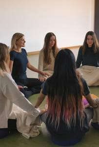 Studentinnen bei Achtsamkeitsübung