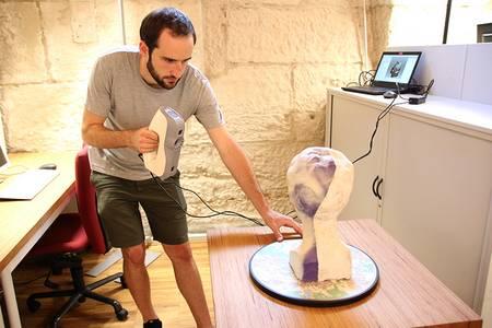Der Student Andreas Gradl scannt ein Modell ein
