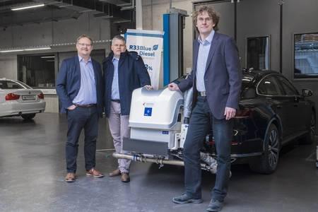 Prof. Dr. Thomas Garbe, Dr. Klaus Lucka und Dr. Olaf Schröder vor einem Auto, das zum Test der Real Driving Emissions eingesetzt wird.