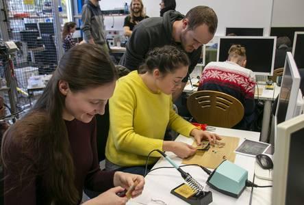 Zwei Elektrotechnik-Studentinnen löten eine Platine