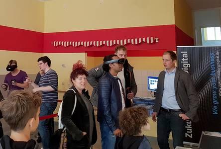 Jens Grubert und Gäste der Werkstatt besichtigen die Räumlichkeiten