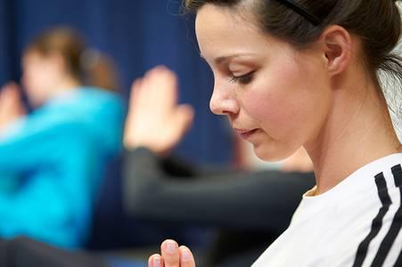 Eine Studentin meditiert