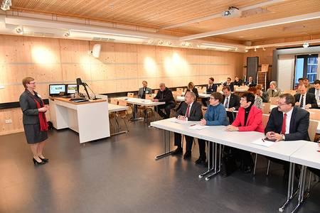 Hochschul-Präsidentin Christiane Fritze spricht vor Gästen in der Holzbox am Campus Design