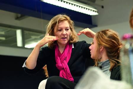 Prof. Anne Bergner neben einer Studentin