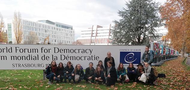 Studierendengruppe in Straßburg vor dem Europäischen Rat