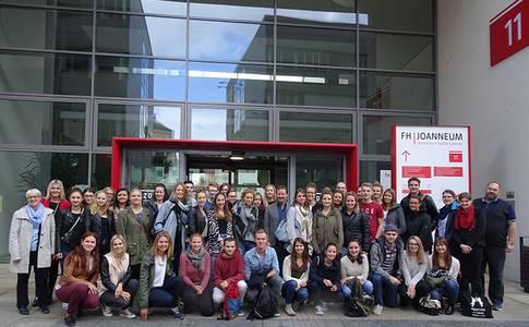 Die Teilnehmer*innen der Summer School vor der FH Joanneum