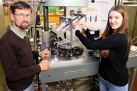 Linda Mauer mit Laboringenieur Dorn an der Spiegelherstellungsmaschine