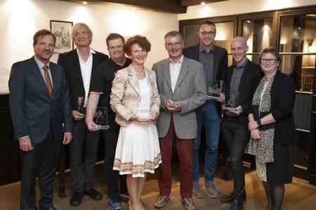 Gerhard Lepper (li.) und Hochschulpräsidentin (re.) freuen sich mit den Preisträgern Rainer Hirth, Felix Weispfenning, Anja Vondran, Peter Schwarz, Torsten Dohnalek und Christian Zagel (v.li.).