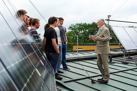 Gruppenbild an der Solaranlage