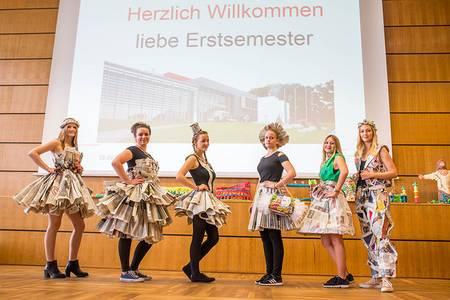 Sechs Studentinnen präsentieren Kleidung aus Papier