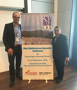 Prof. Dr. Niko Kohls und Prof. Dr. Sudhanshu Rai neben dem Banner der Konferenz