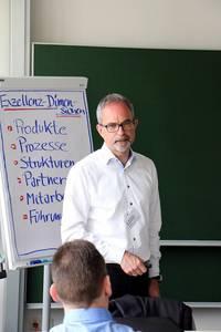 Dr. Wolfgang Nichtl-Pecher während seiner Präsentation