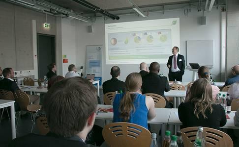 Beim 10. Biokraftstoffsymposium an der Hochschule Coburg stellte Honorarprofessor Dr. Thomas Garbe Wasserstoff als Antriebstechnologie vor.