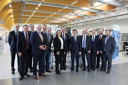 Vertreter aus Coburg und Ostwestfalen-Lippe beim Besuch der SmartFactoryOWL
