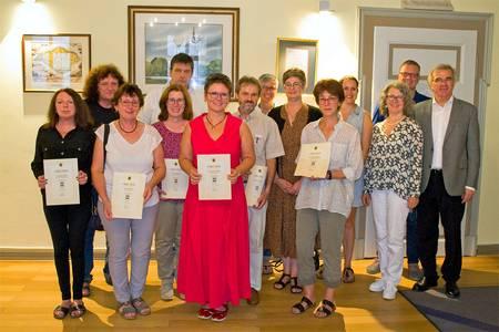 Die Teilnehmer des Projetks CO:Handeln halten ihre Urkunden in der Hand. Prof. Dr. Roland Hertrich gratulierte.