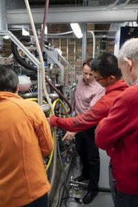 Laboringenieur Steffen Krajewski zeigt Studierenden den Motorprüfstand
