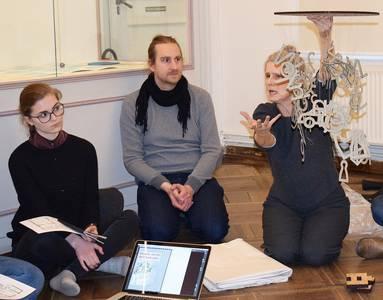 Barbara Fuchs (r.) mit dem hölzernen Mobile, das den gestalterischen Mittelpunkt der Ausstellung bilden wird.