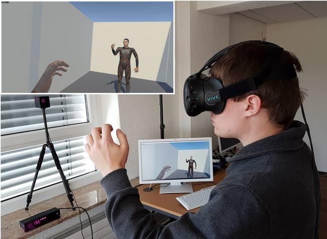 Ein Mann mit Datenbrille sieht sein vituelles Spiegelbild.
