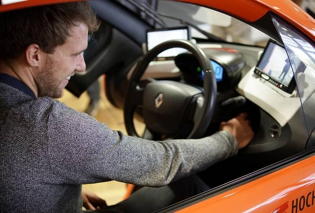 Ein Student im Aussteller-Fahrzeug