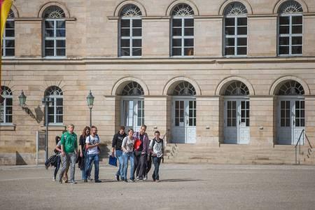 Studierende vor dem Landestheater auf dem Schloßlatz Coburg