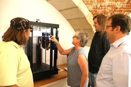 Die Kanzlerin der Hochschule Coburg bestaunt den neuen 3D-Drucker