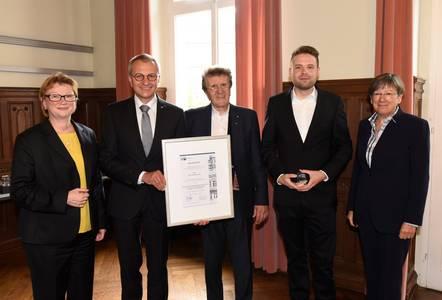 Julian Schrauder enthält den Preis aus den Händen von Siegmar Schnabel und Friedrich Herdan. Mit dabei sind Hochschulpräsidentin Christiane Fritze (li.) und Regierungspräsidentin Heidrun Piwernetz (re.)