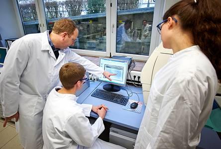 Prof. Dr. Matthias Noll mit zwei Studenten im Labor der Bioanalytik