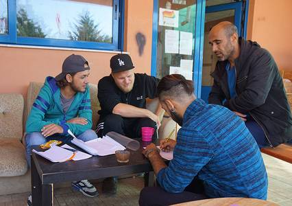 Maximilian Behrens gibt den Geflüchteten vor Ort Sprachunterricht