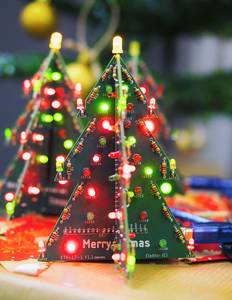 Ein Weihnachtsbaum mit roten und grüßen LEDs