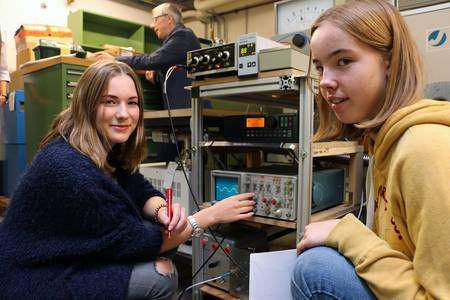 Schülerinnen experimentieren an Teilchenbeschleuniger