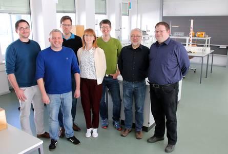 Martin Keller, Benjamin Hübner, Michael Herold, Franziska Lind, Klaus Beringer, Prof. Wolfram Haupt und Sebastian Stich im Physiklabor. (v.li.)