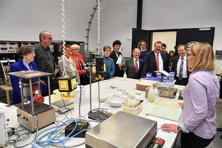 Professorin Almut Lottmann-Löer zeigt ihr Geotechniklabor