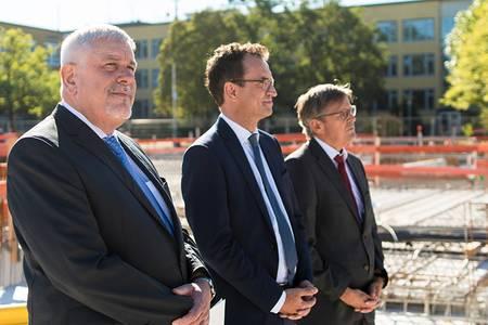 Coburgs Oberbürgermeister Norbert Tessmer, Christian Schoppik vom Wissenschaftsministerium und Jürgen König, Leiter des Staatlichen Bauamtes Bamberg