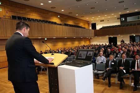 Patrick Püttner vor den Teilnehmer*innen in der Brose-Aula der Hochschule Coburg