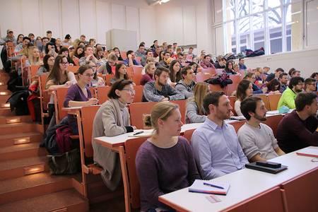BWL-Studierende im Hörsaal beim Vortrag von Bernhard Kempf