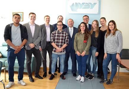 Gruppenfoto von Dr. Alexandr Novikov und Prof. Dr. Eduard Gerhardt zusammen mit Studierenden