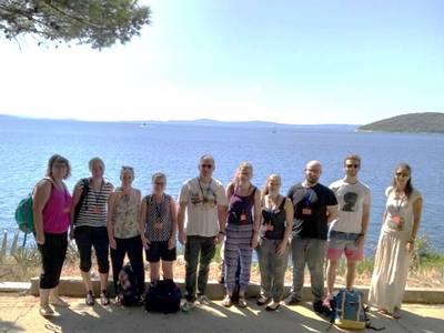 Gruppenbild der acht Studierenden und zwei kroatischen Universitäts-Angestellten vor dem Meer