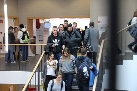 Studierende auf der Treppe bei CampusMesse