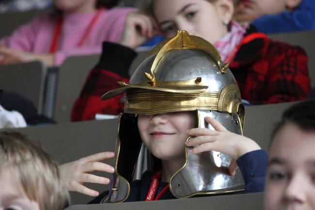 Junge mit historischem Soldatenhelm