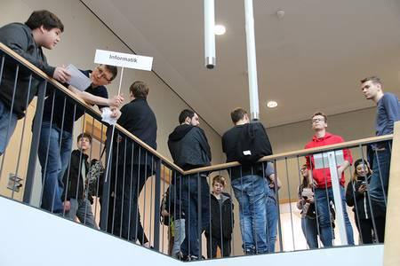 Mitarbeiter der Fachbereiche holen die Schüler im Foyer ab