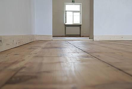 Die alten Holzböden wurden aufgearbeitet, die Wände weiß verputzt.