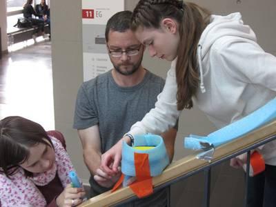Mädchen bauen eine Kugelbahn im Treppenhaus der Hochschule Coburg