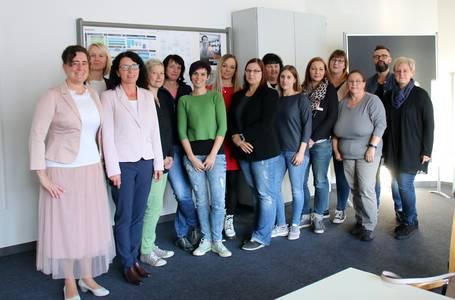 Dr. Dorothea Thieme (li.) mit Dozentinnen der REGIOMED -Akademie, der Hochschule und den teilnehmenden Pflegekräften.