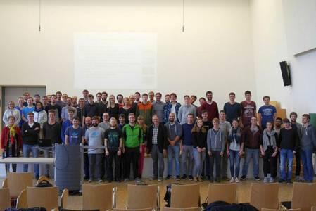 Gruppenfoto der vier studentischen Projektgruppen