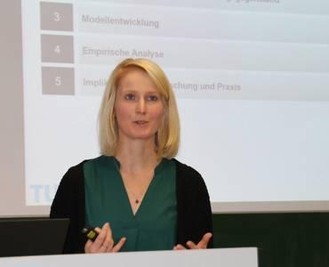 Dr. Jana Rosenbusch am Rednerpult während ihres Vortrags