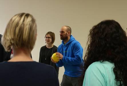 Jens Schmied macht Bewegungsübungen vor.