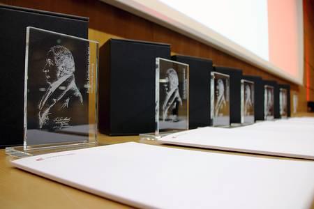 Der Preis für Exzellente Lehre mit dem Emblem Friedrich Streibs