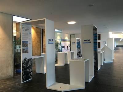 Die Wanderausstellung Ressourceneffizienz aufgestellt im Foyer am Campus Design