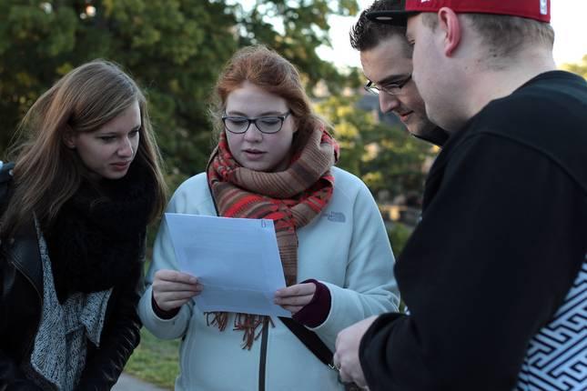 Studierende beraten sich über eine Aufgabe, die sie gemeinsam lösen müssen.