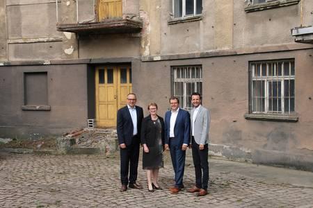 Frank Herzog, Christiane Fritze, Markus Stark und Andreas Hügerich stehen vor der Kirschbaummühle in Lichtenfels.